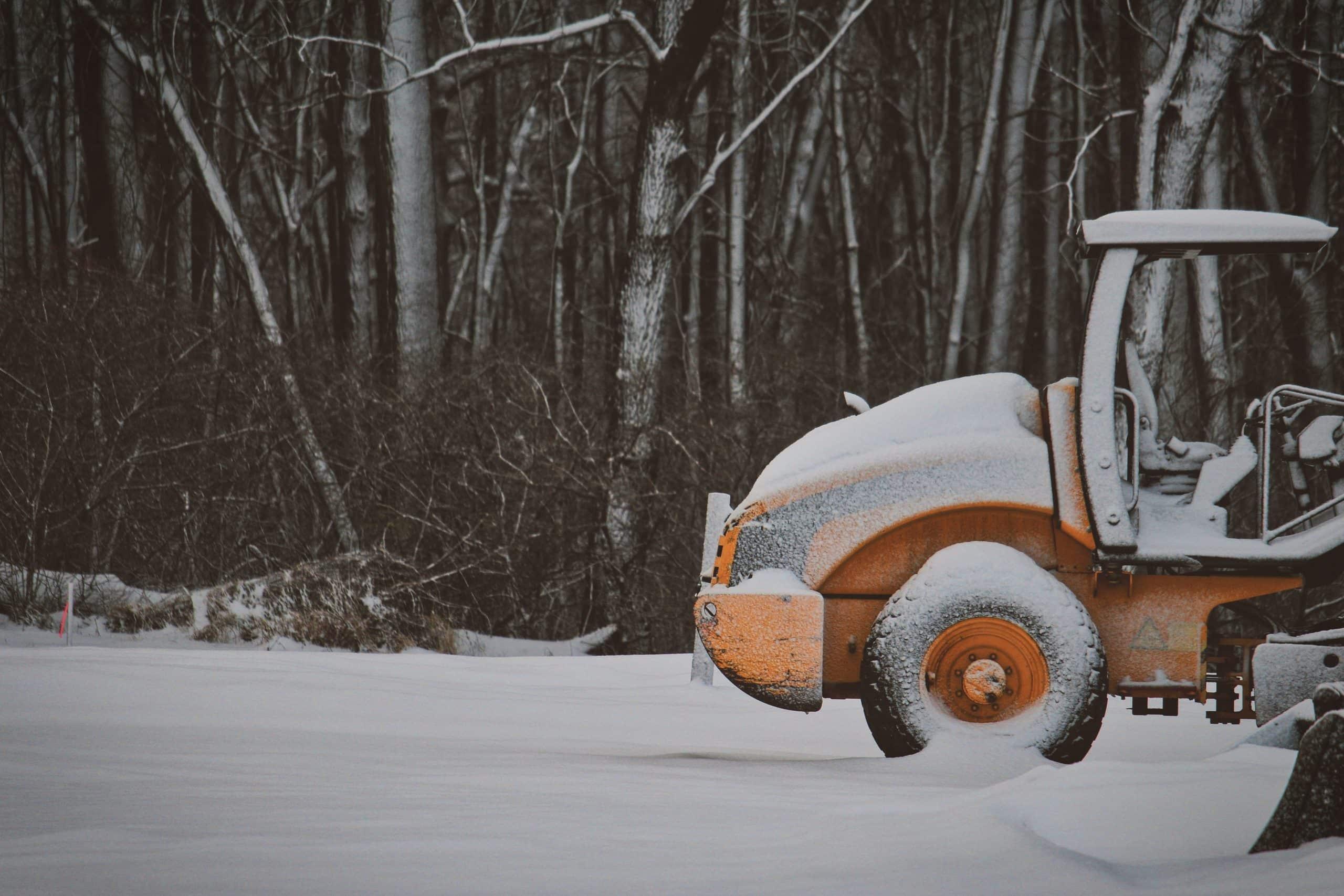 Engin de chantier dans la neige