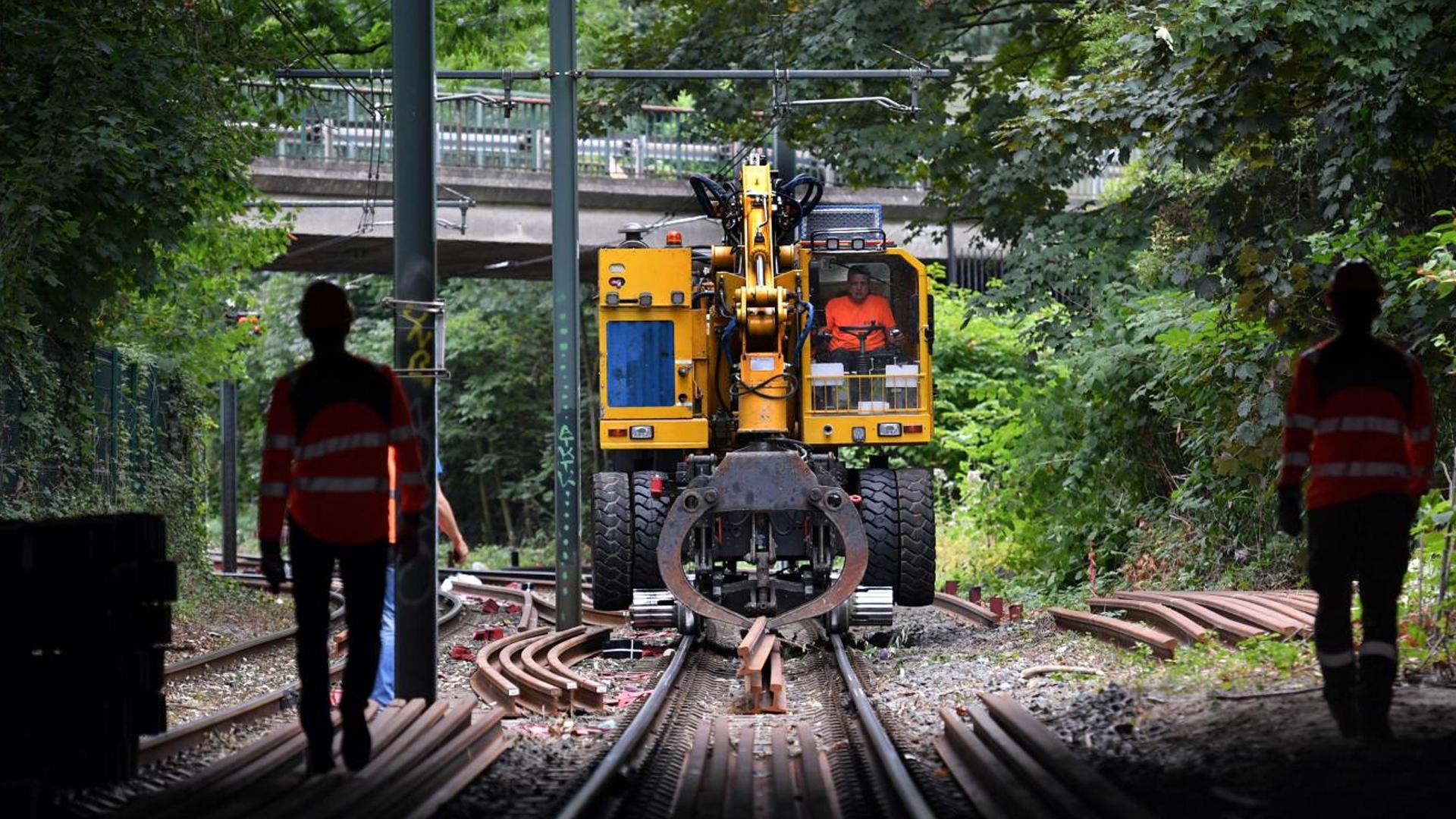 Un engin rail-route sur un chantier