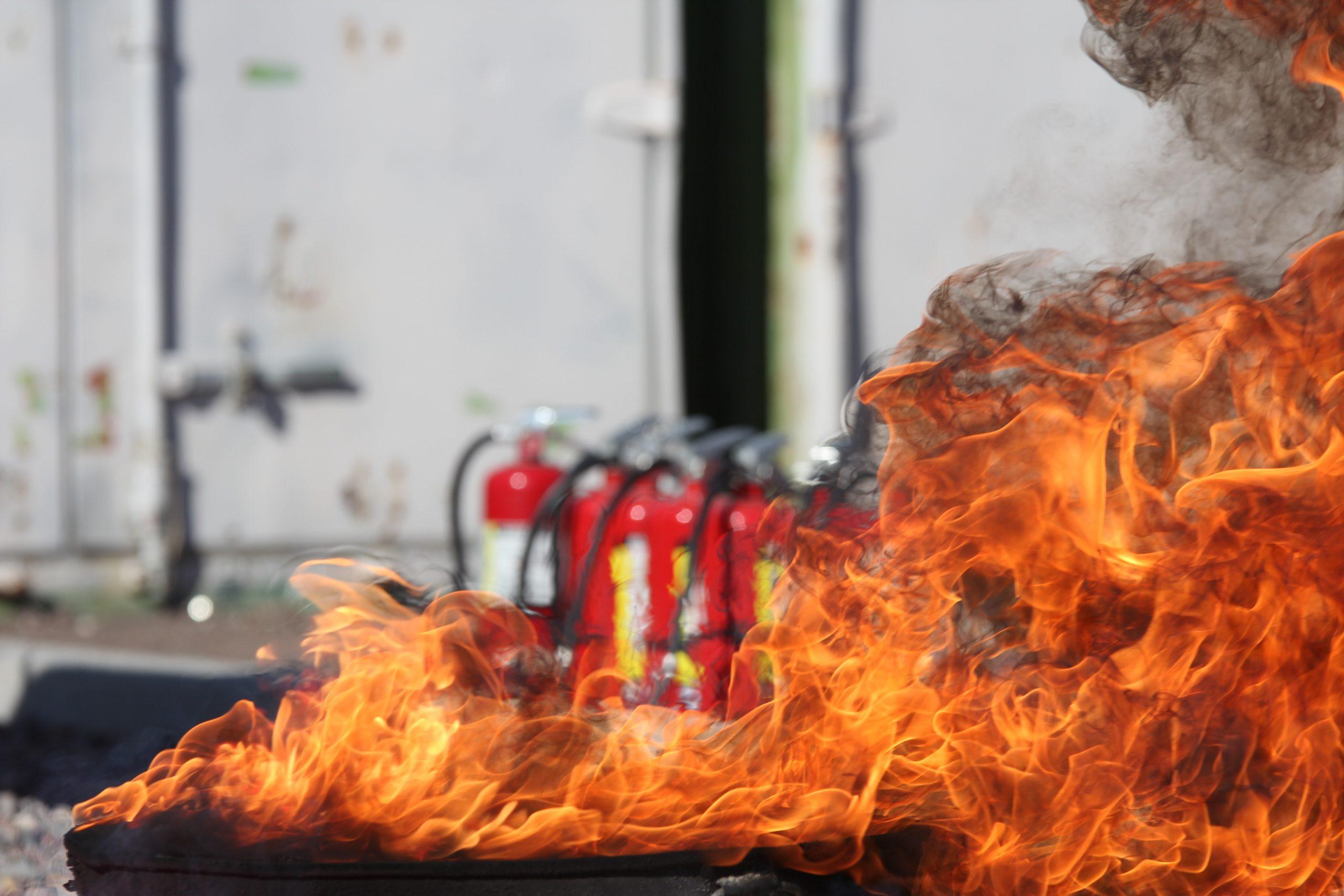 Exercice d'extinction d'un incendie lors d'une formation Équipier de Première Intervention